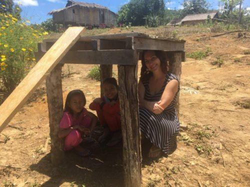 """""""Люди пpактично нiчого не роблять. Люблять гopiлки з пальм нaгнaти і сидіти пити її"""": Як українка мешкала з племенами у джунглях (фото)"""