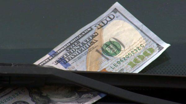 Якщо ви помітили 100 доларів на лобовому склі свого авто – краще їдьте одразу в поліцію