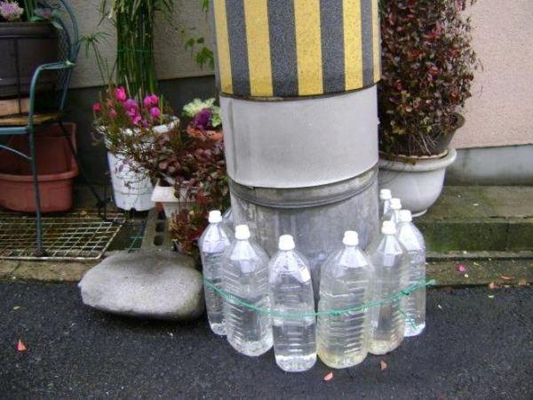Навіщо японці ставлять пляшки з водою біля своїх будинків?
