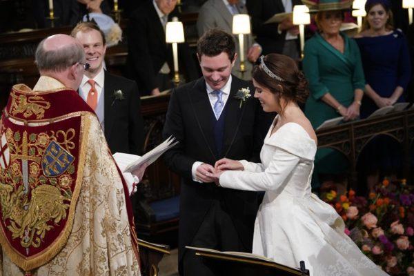 Переплюнула Кейт і Меган: Внучка королеви, принцеса Євгенія, вийшла заміж у шикарній сукні (фото)