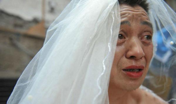 Відчайдуший чоловік щодня вдягає весільне вбрання і ходить містом, але коли перехожі дізнаються причину – сміх змінюють сльози